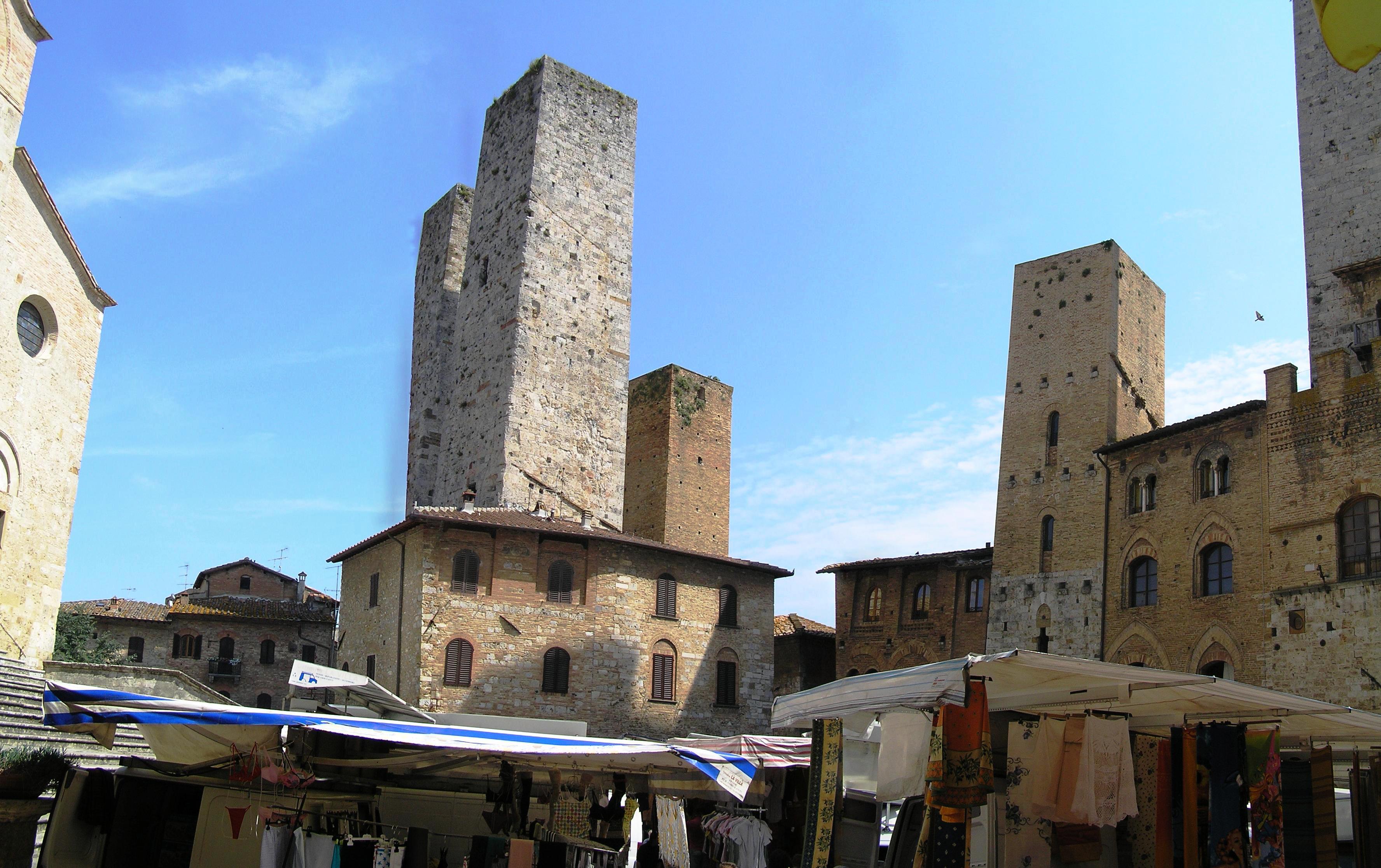 Itálie, Toskánsko - San Gimignano, na Piazza del Duomo