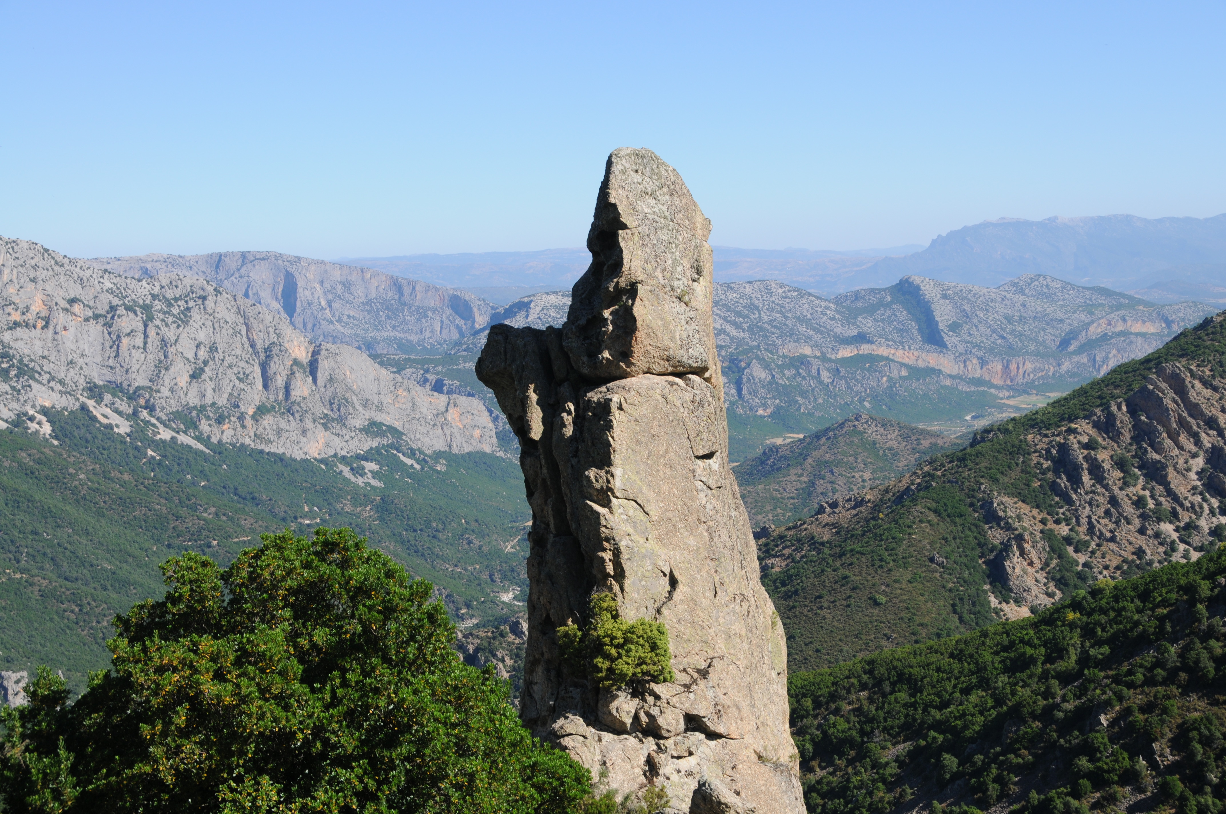 Sardinie, rajský ostrov nurágů v tyrkysovém moři,