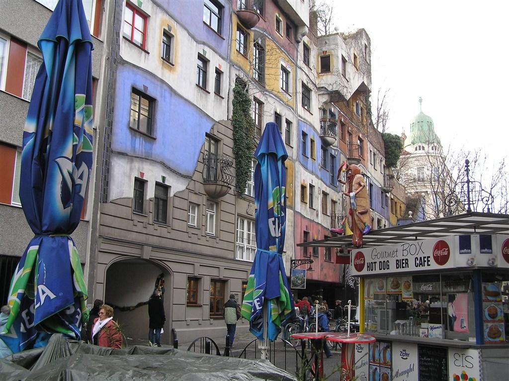 zájezdza uměním výstavy a architektura - Rakousko - Vídeň - Hundertwasserhaus, 1983-85, autor Friedensreich Hundertwasser, původním jménem Stowasser (český vliv jasný)