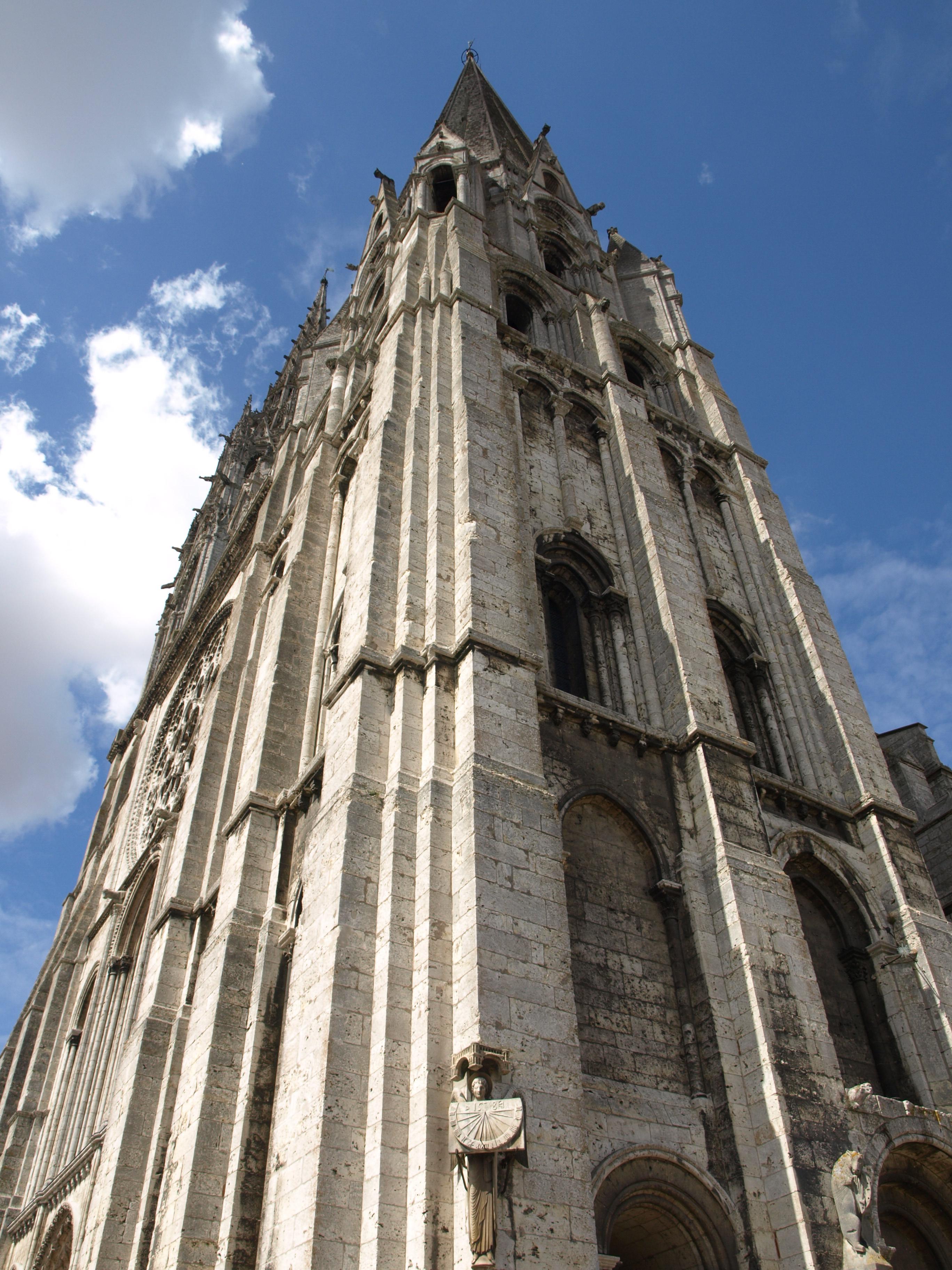 Francie - Bretaň - Chartres, nižší, jihozápadní věž, 105 m vysoká, románská, z roku 1105