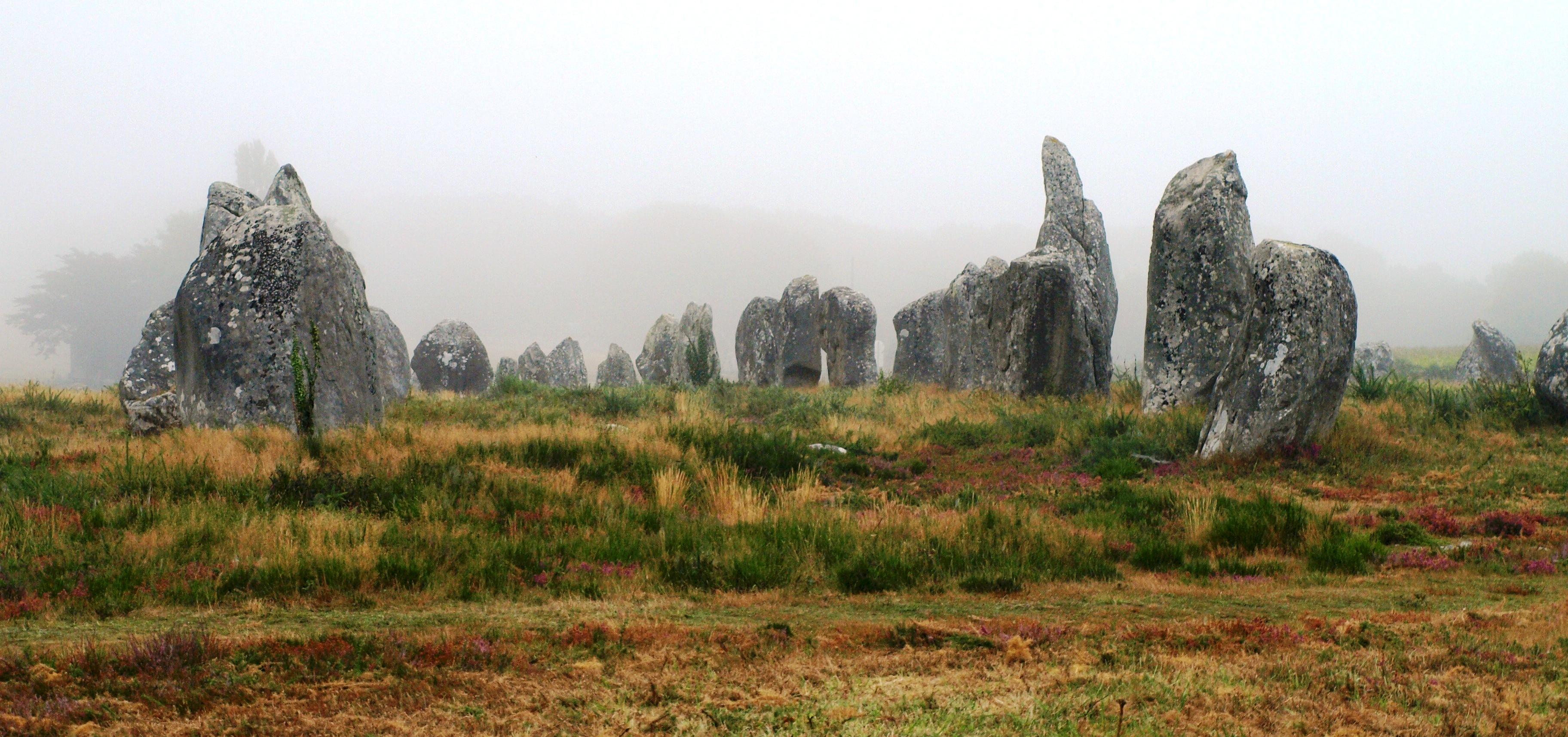 Francie - Bretaň - Carnac, pole Kermario, velikost některých menhirů přesahuje 3 metry, celkem 1029 menhirů