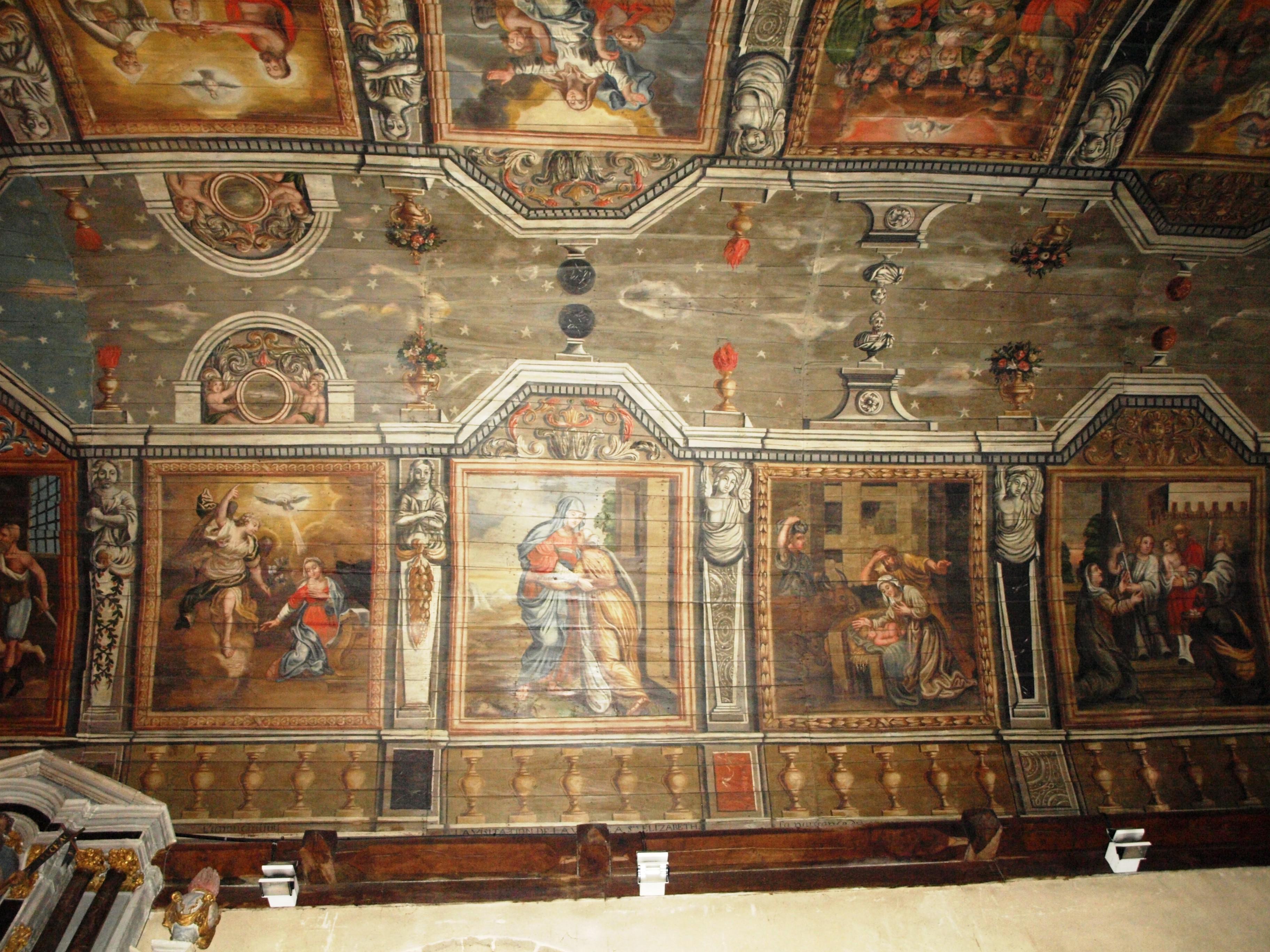 Francie - Bretaň - Carnac, strop kostela je zdoben malovanými výjevy ze života sv.Cornelia