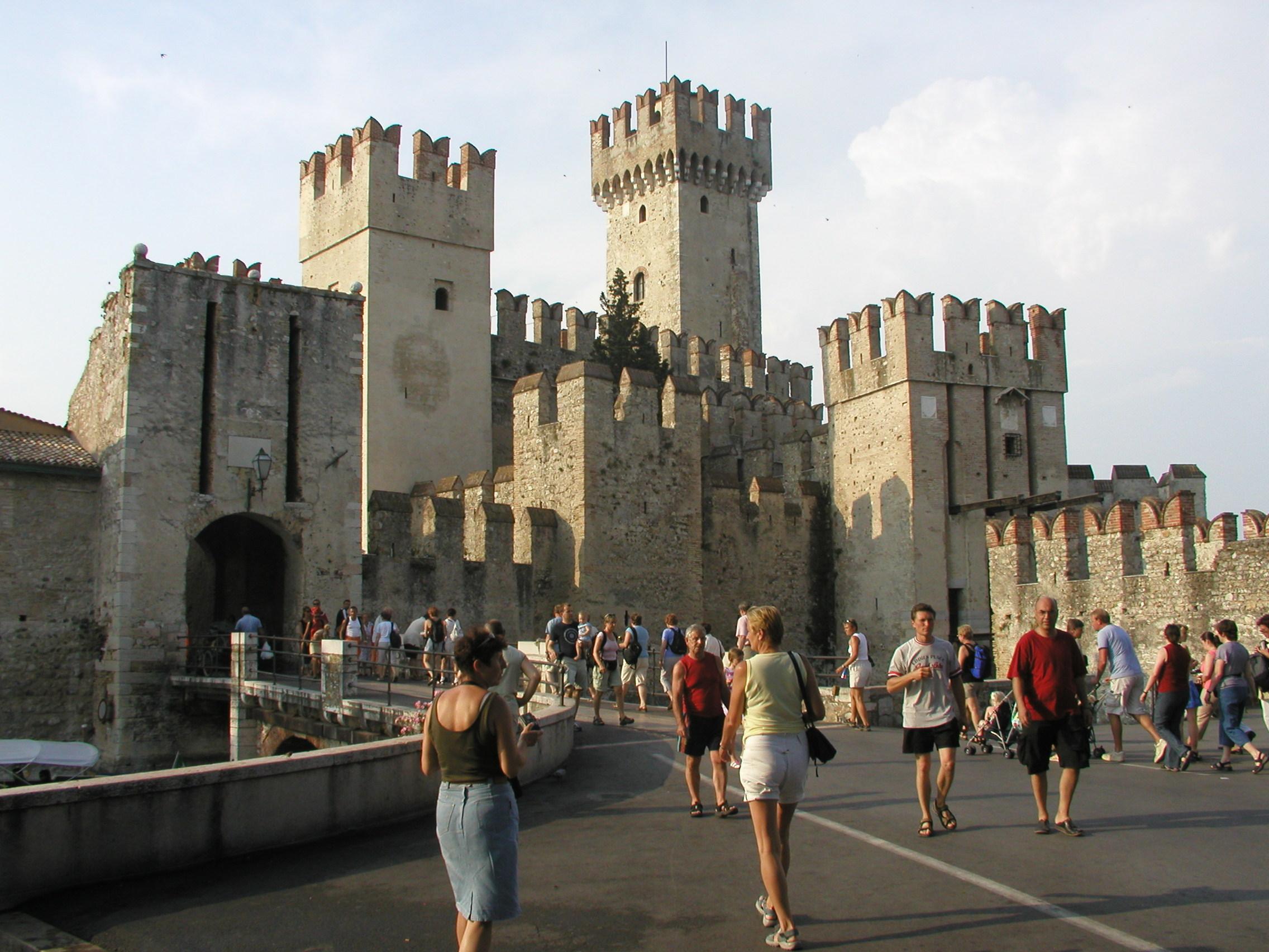 Itálie - Sirmione - městské hradby a hlavní brána