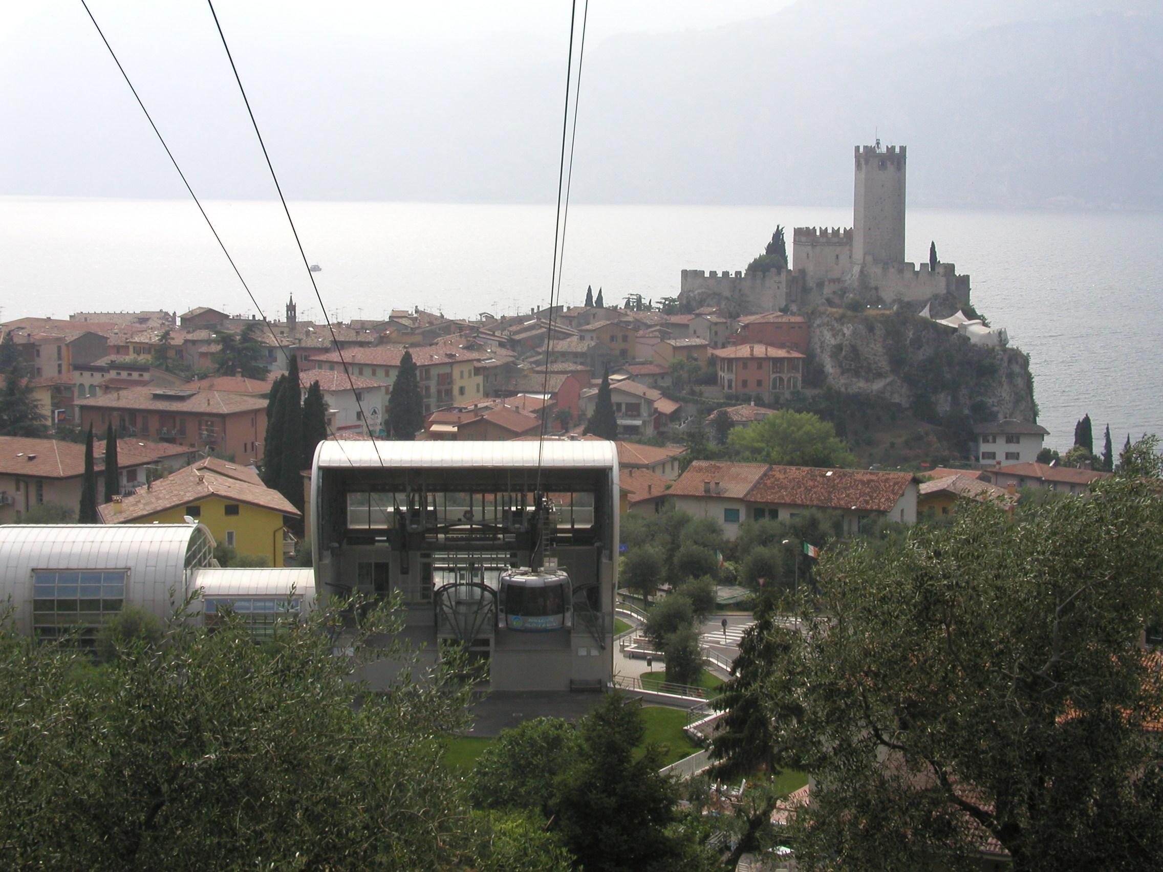 Itálie - Malcesine - stanice lanovky a hrad ze 13.stol