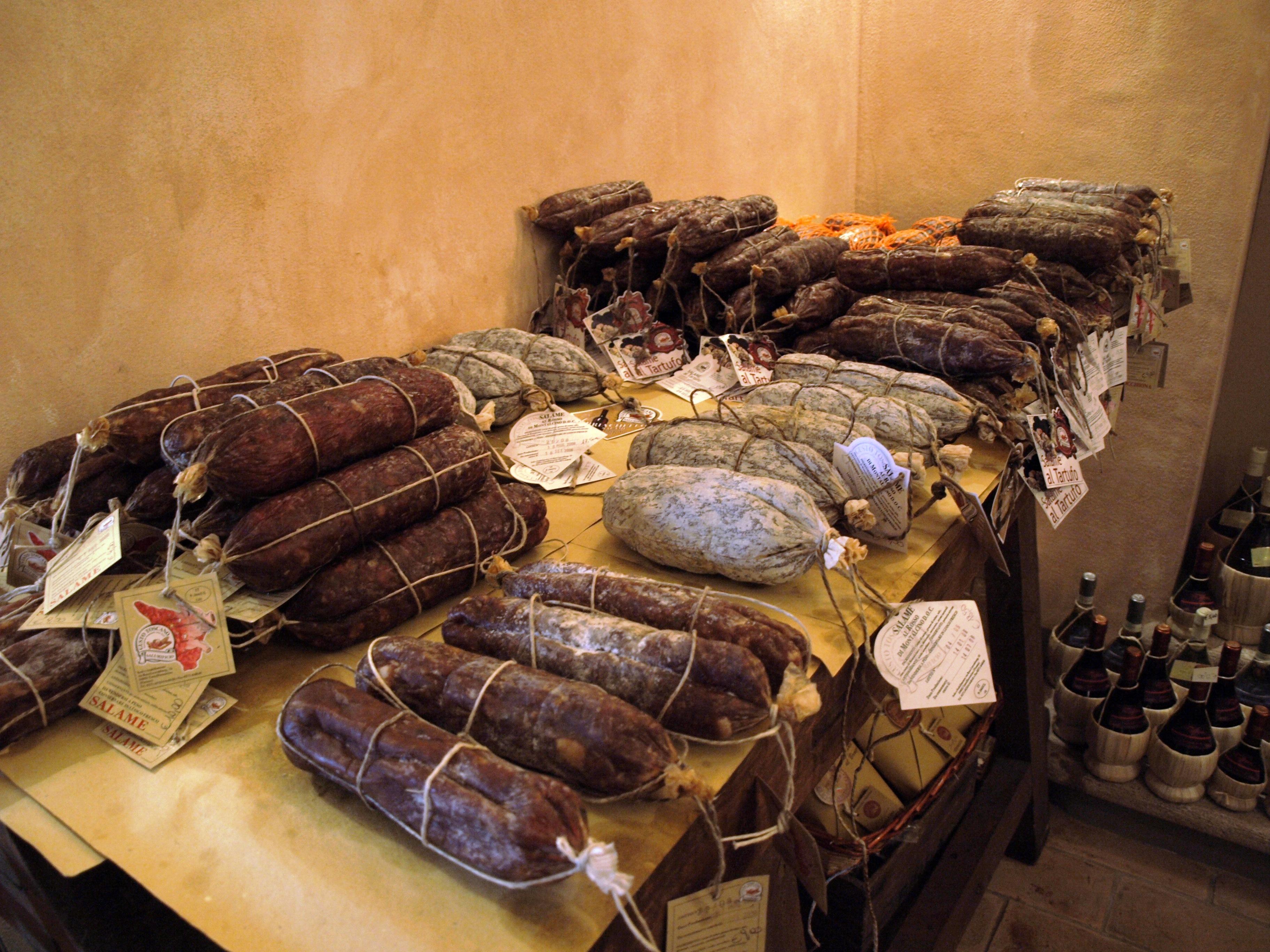 Itálie - San Gimignano, nabídka místních vynikajících uzenin