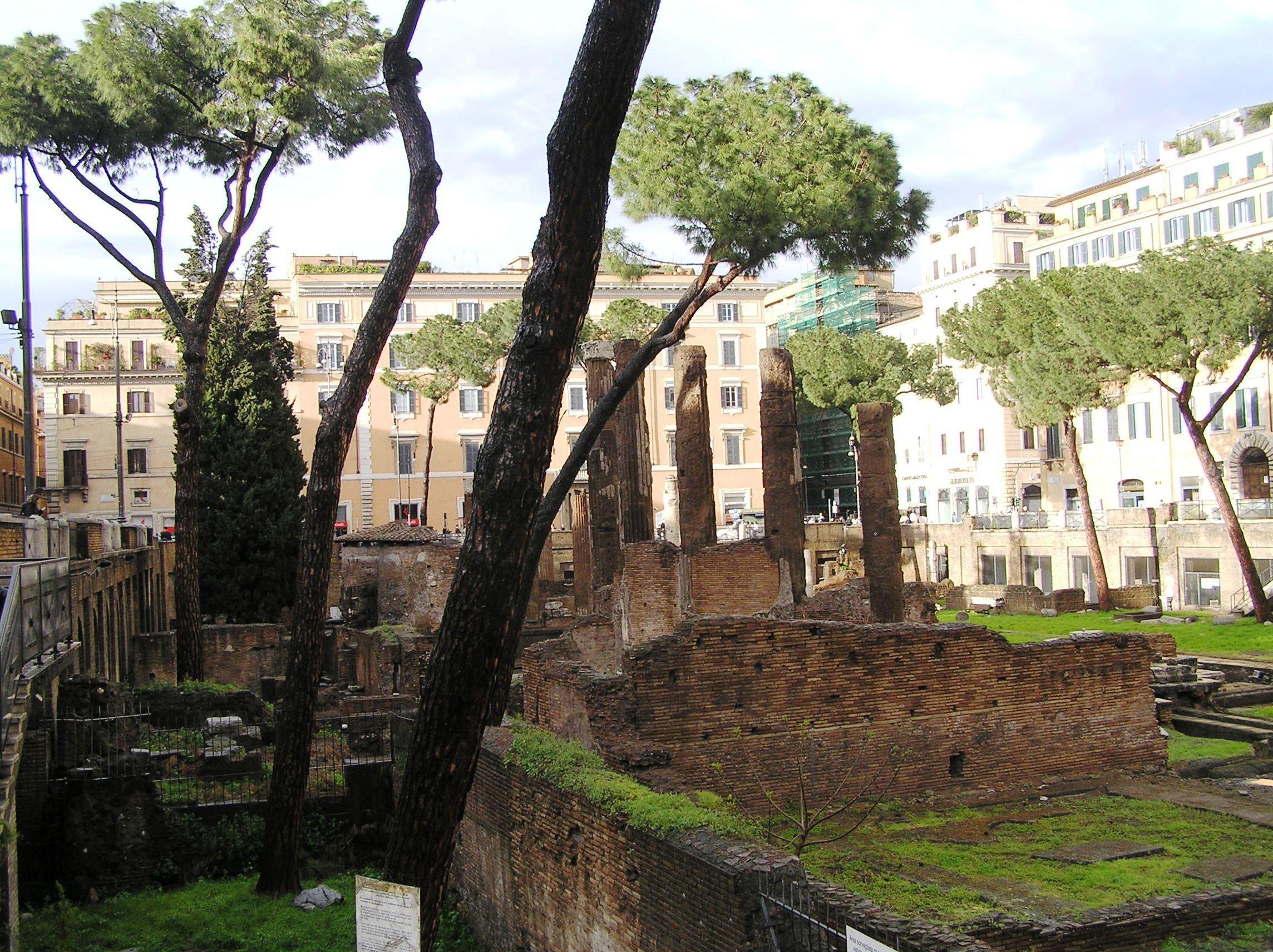 Itálie - Řím - chrámový okrsek na Largo Argentina, chrám Fortuny a kruhový chrámek Giuturny