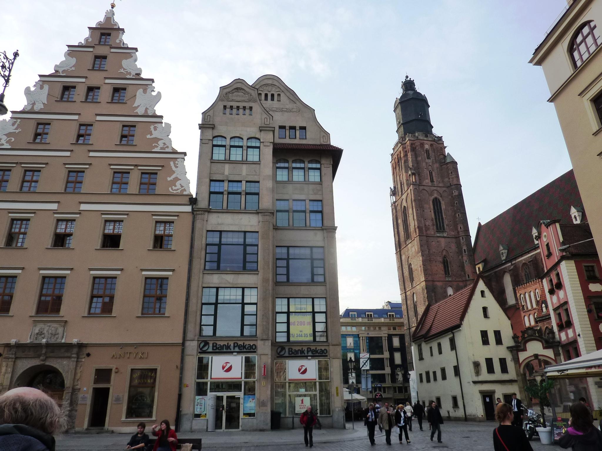 Polsko - Vratislav, vlevo dům U Gryfů, vpravo kostel sv.Alžběty Maďarské