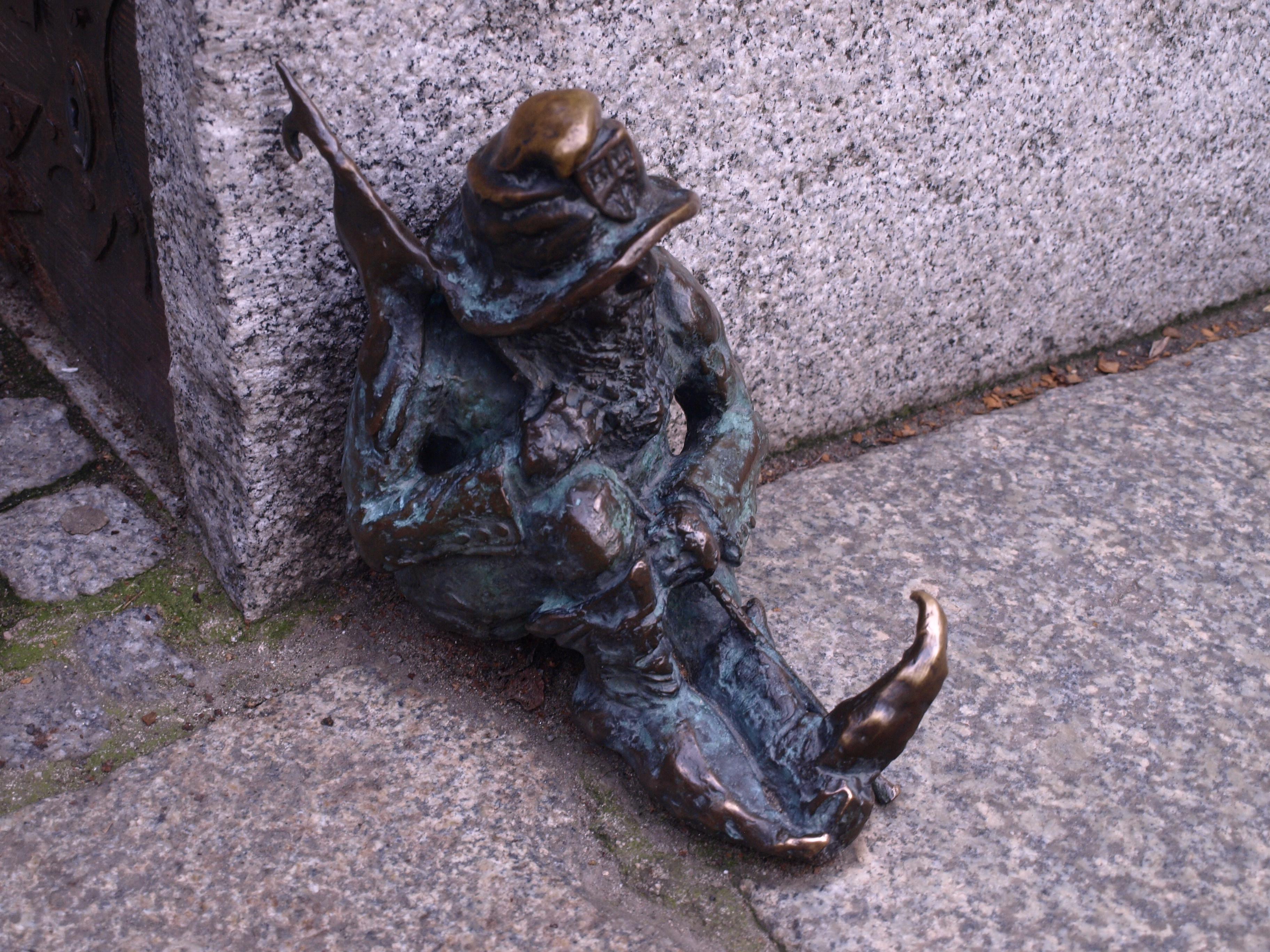 Polsko - Vratislav, ve městě narazíme na množství sošek skřítků - to je další z nich - spící městský strážce