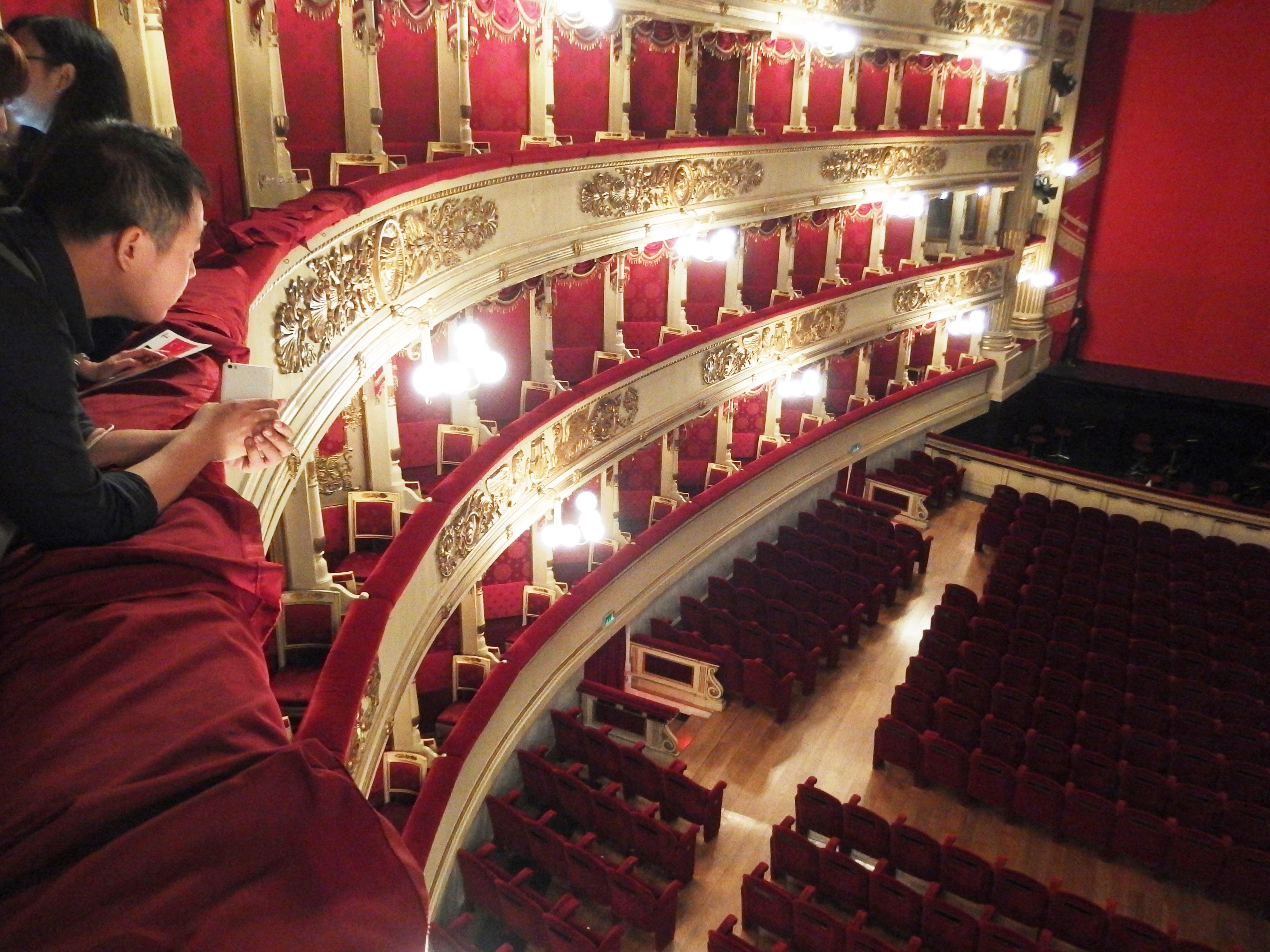 Itálie - Milán - i hlediště opery La Scala (celkem pro 1827 návštěvníků) má své tajemné kouzlo