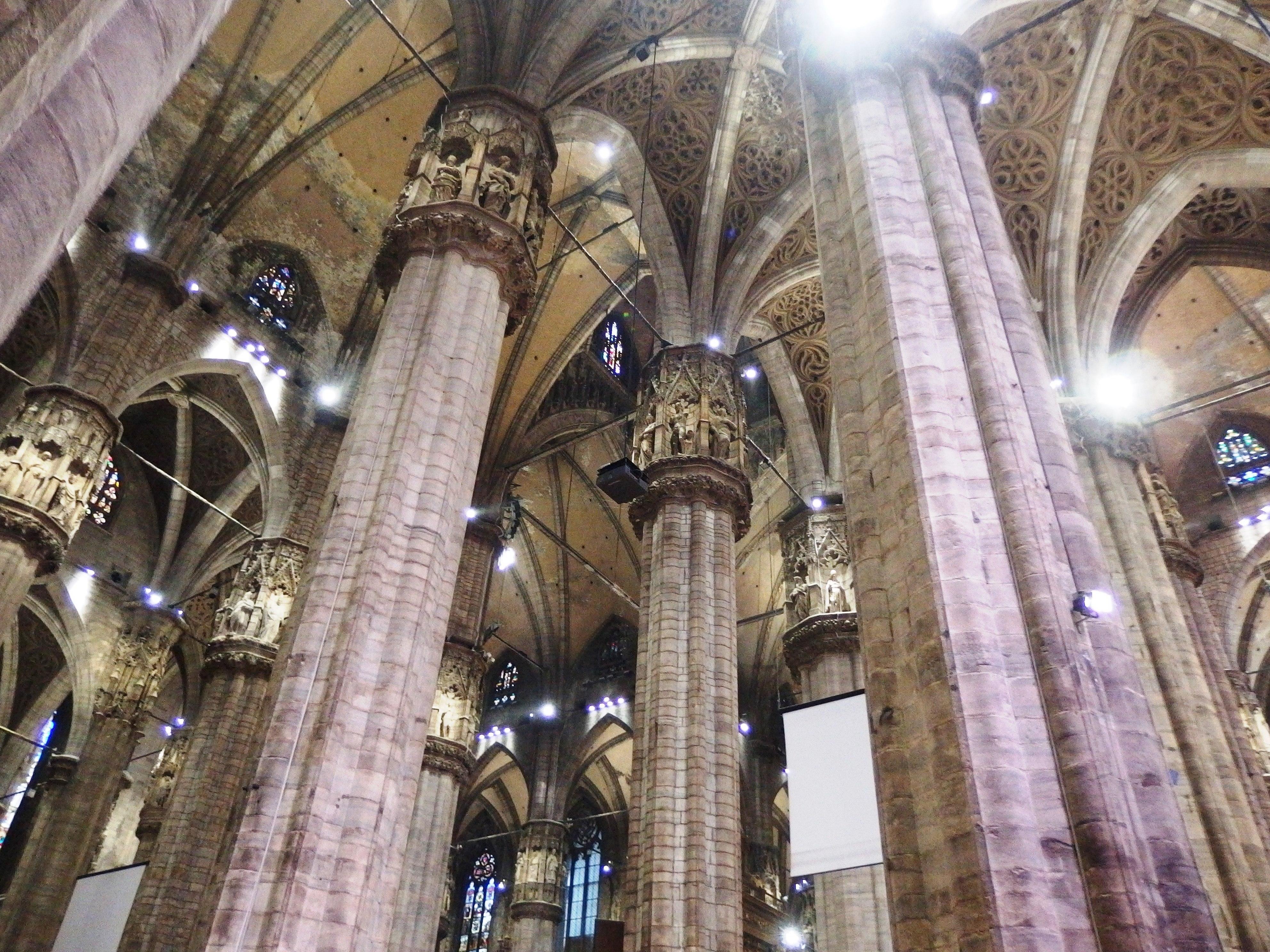 Itálie - Milán - katedrála Santa Maria Nascente je 5 lodní, pilíře se sochami světců