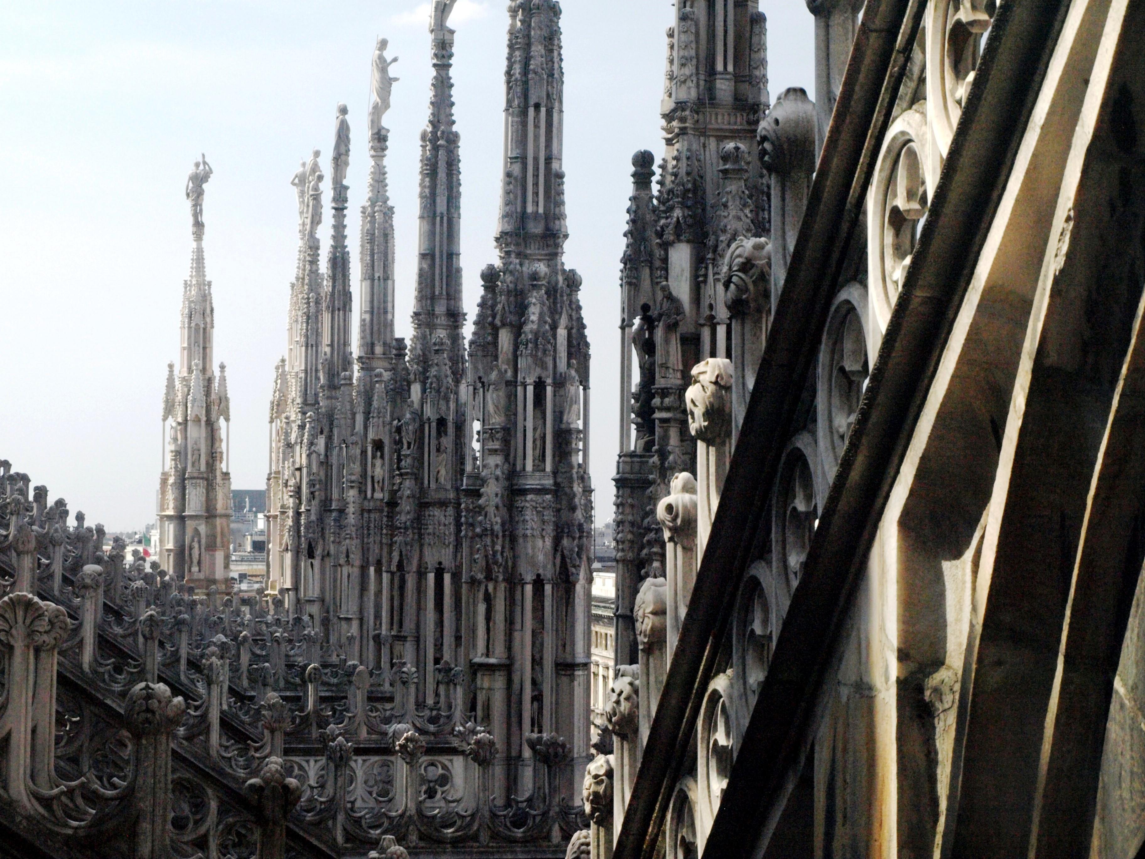 Itálie - Milán - les sloupů a fiál na střeše katedrály