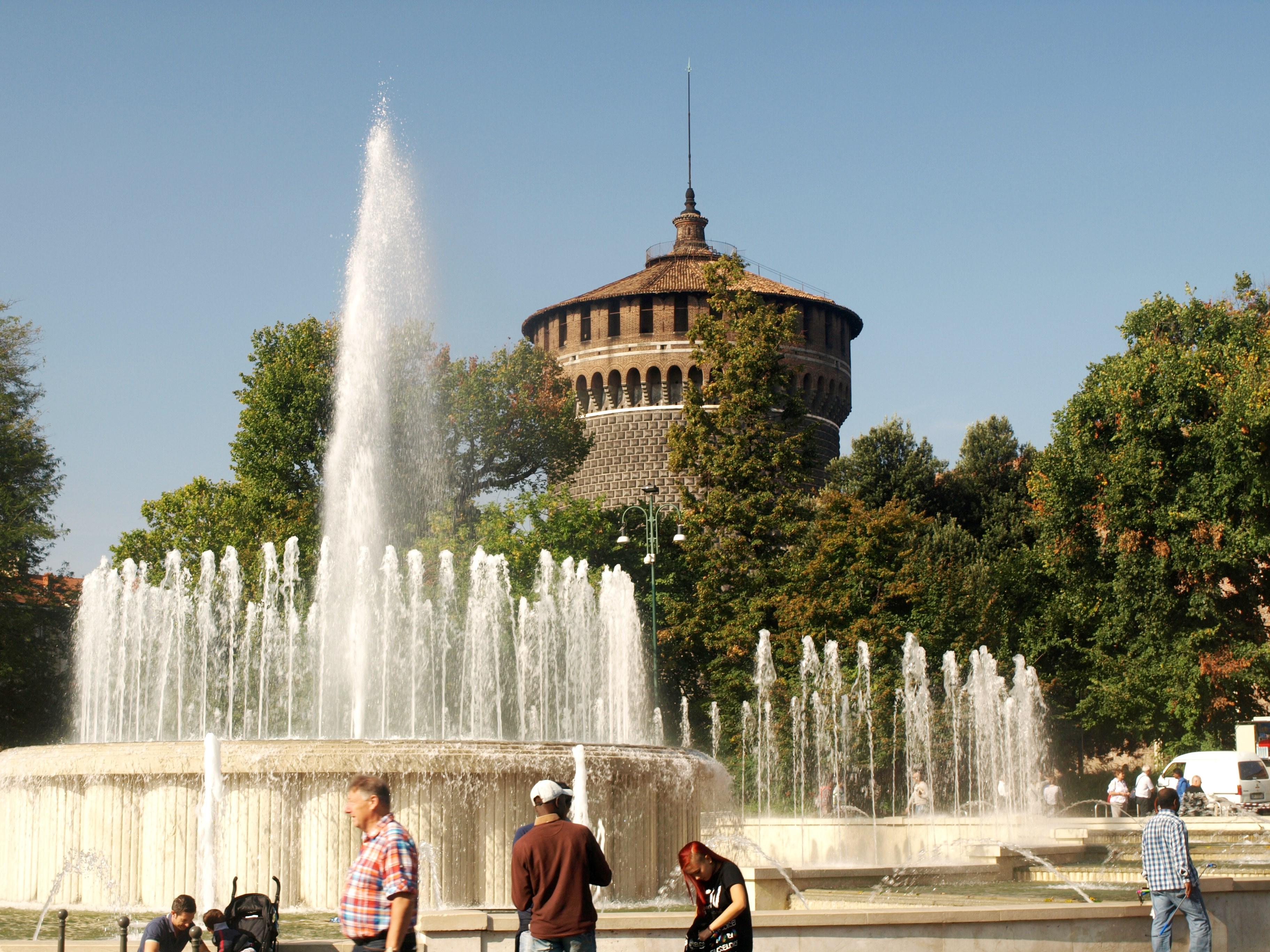 Itálie - Milán - kouzlo vodotrysků před Castello Sforzesco