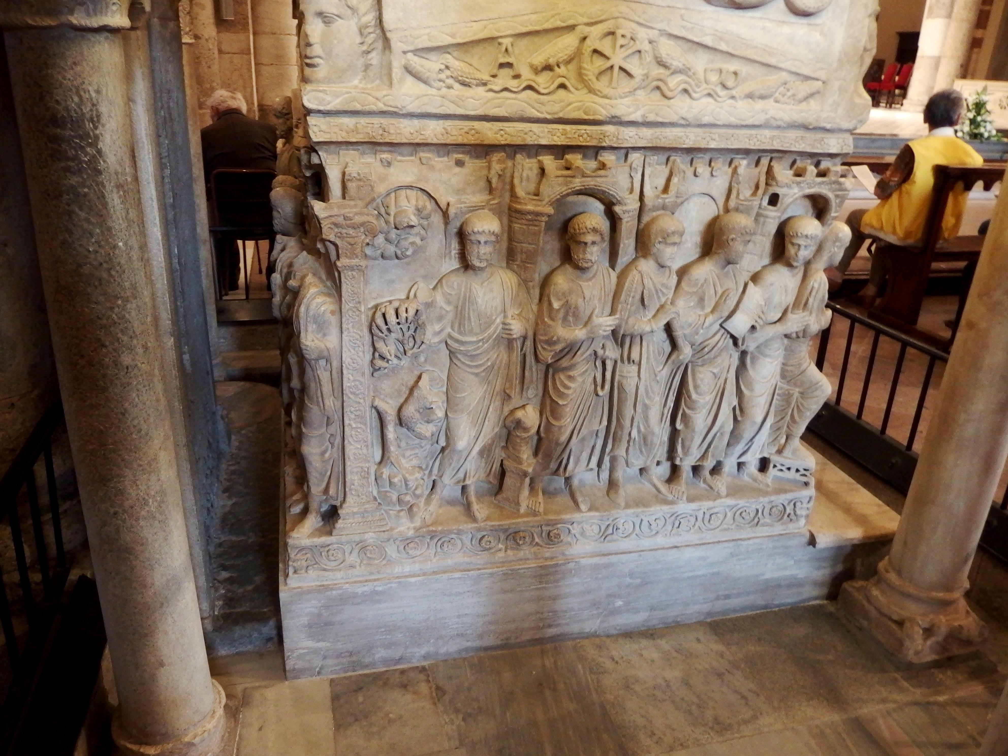 Itálie - Milán - bazilika sv.Ambrože, základem kazatelny (1196) je římský sarkofág