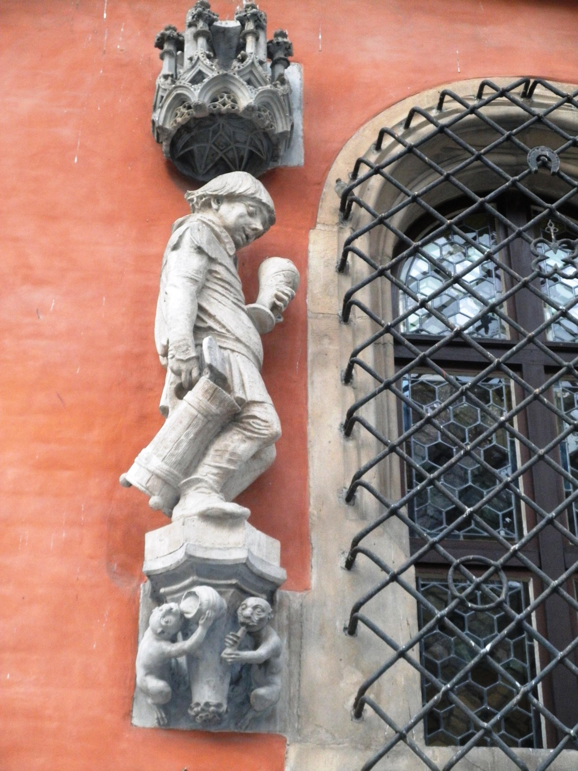 Polsko - Vratislav (Wroclaw), radnice, novogotická sochařská výzdoba s pijáckými scénami