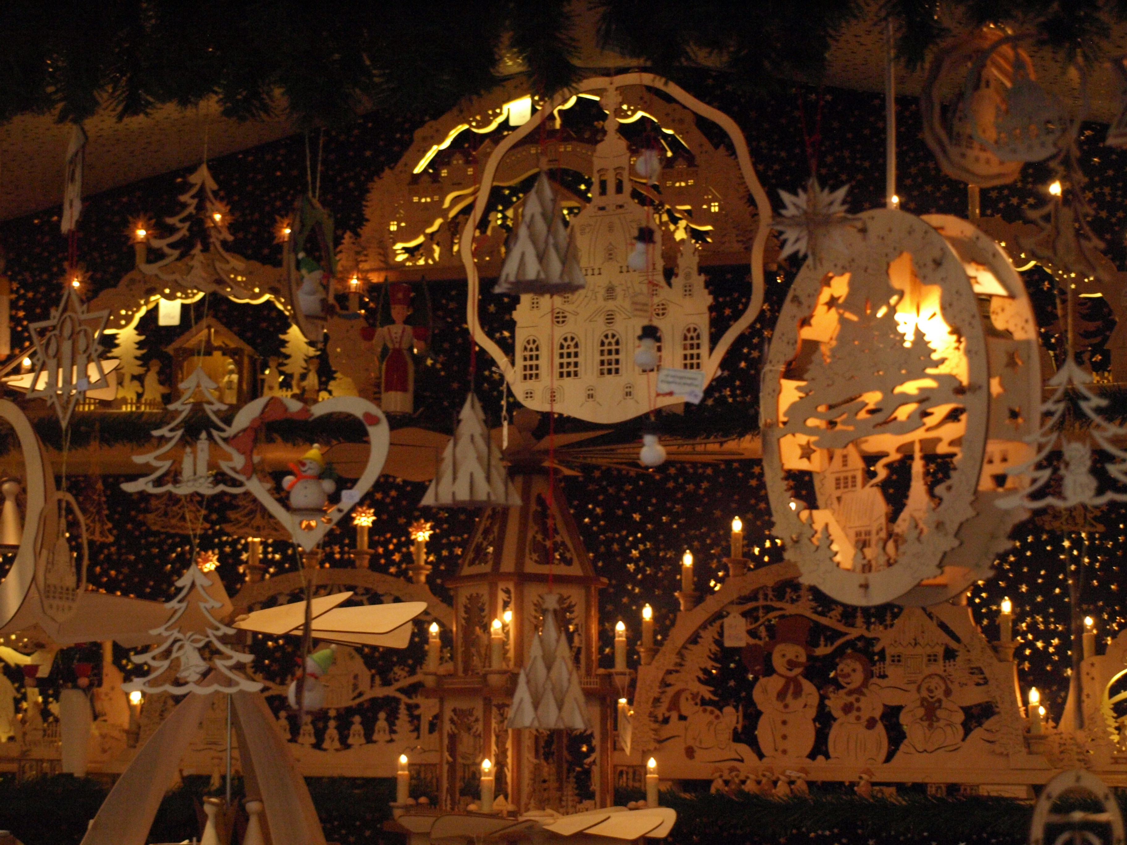 Německo - Zhořelec - typické adventní figurky a ornamenty vznikaly všude v Krušných horách i bývalých Sudetech