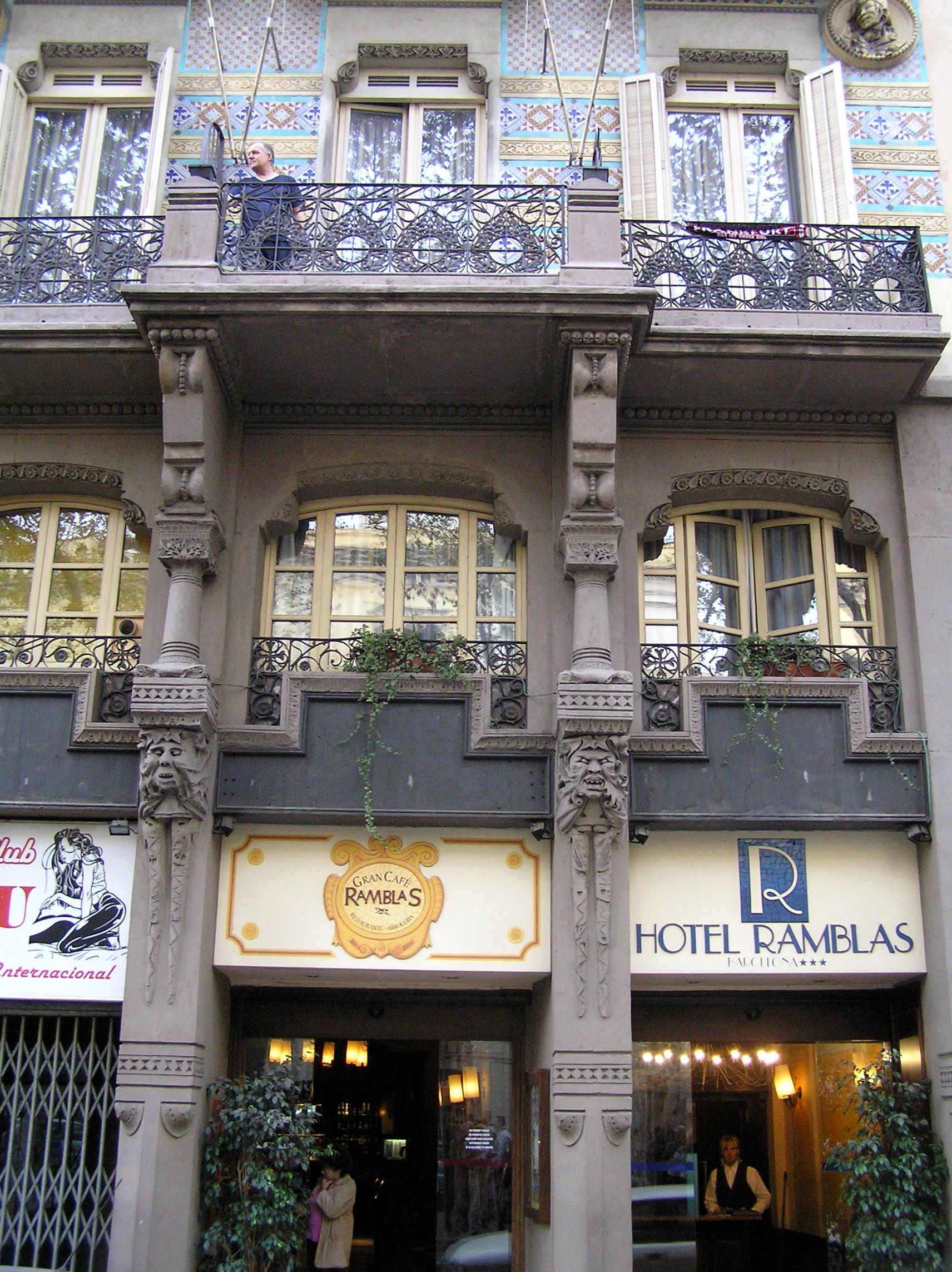 Španělsko - Barcelona -secesní hotel na Las Ramblas, nejkrásnější a nejživější třídě města