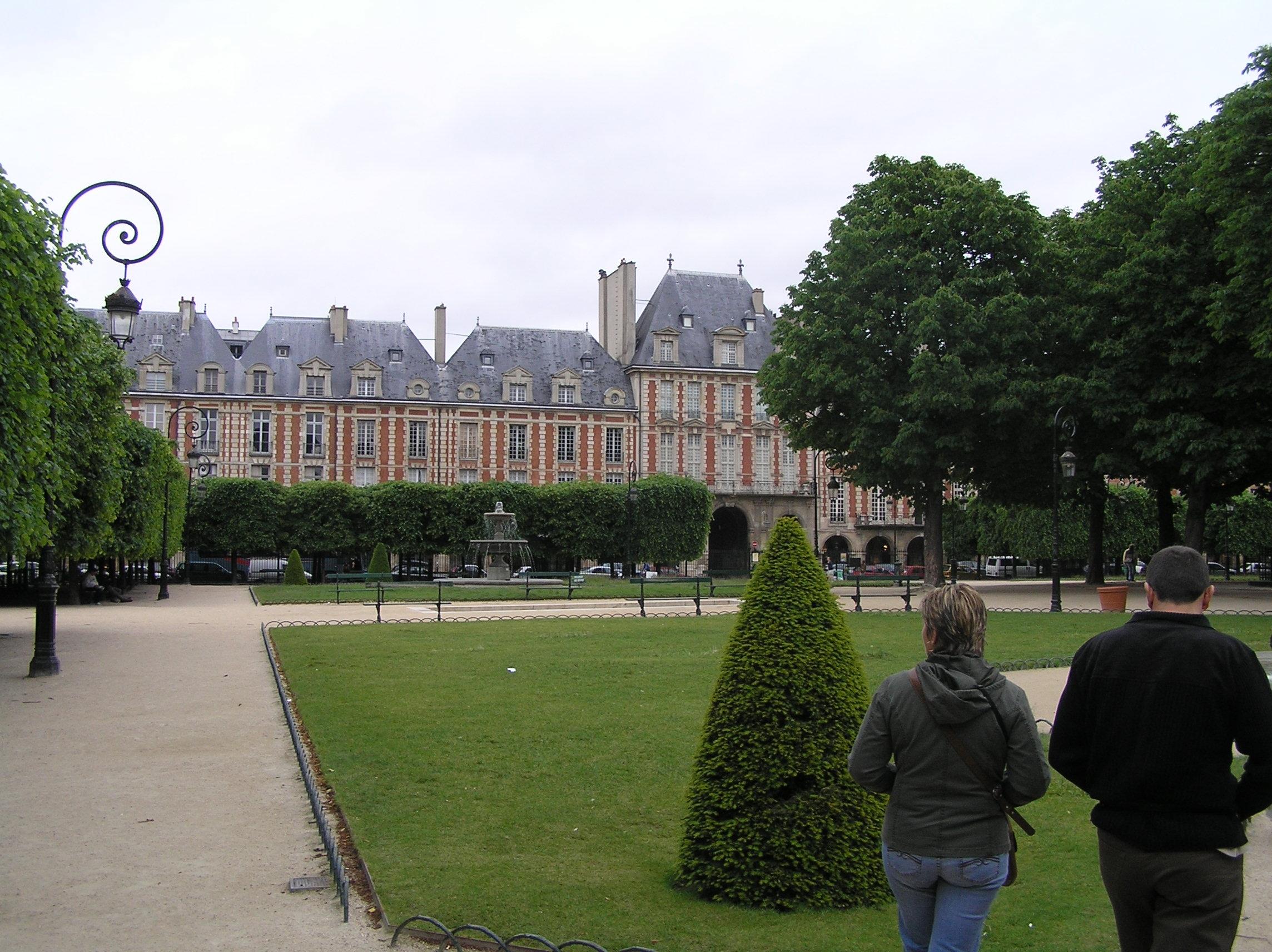 Francie, Paříž, Place de Vosges, vybudoval jej 1609 Jindřich IV., původně Place Royale