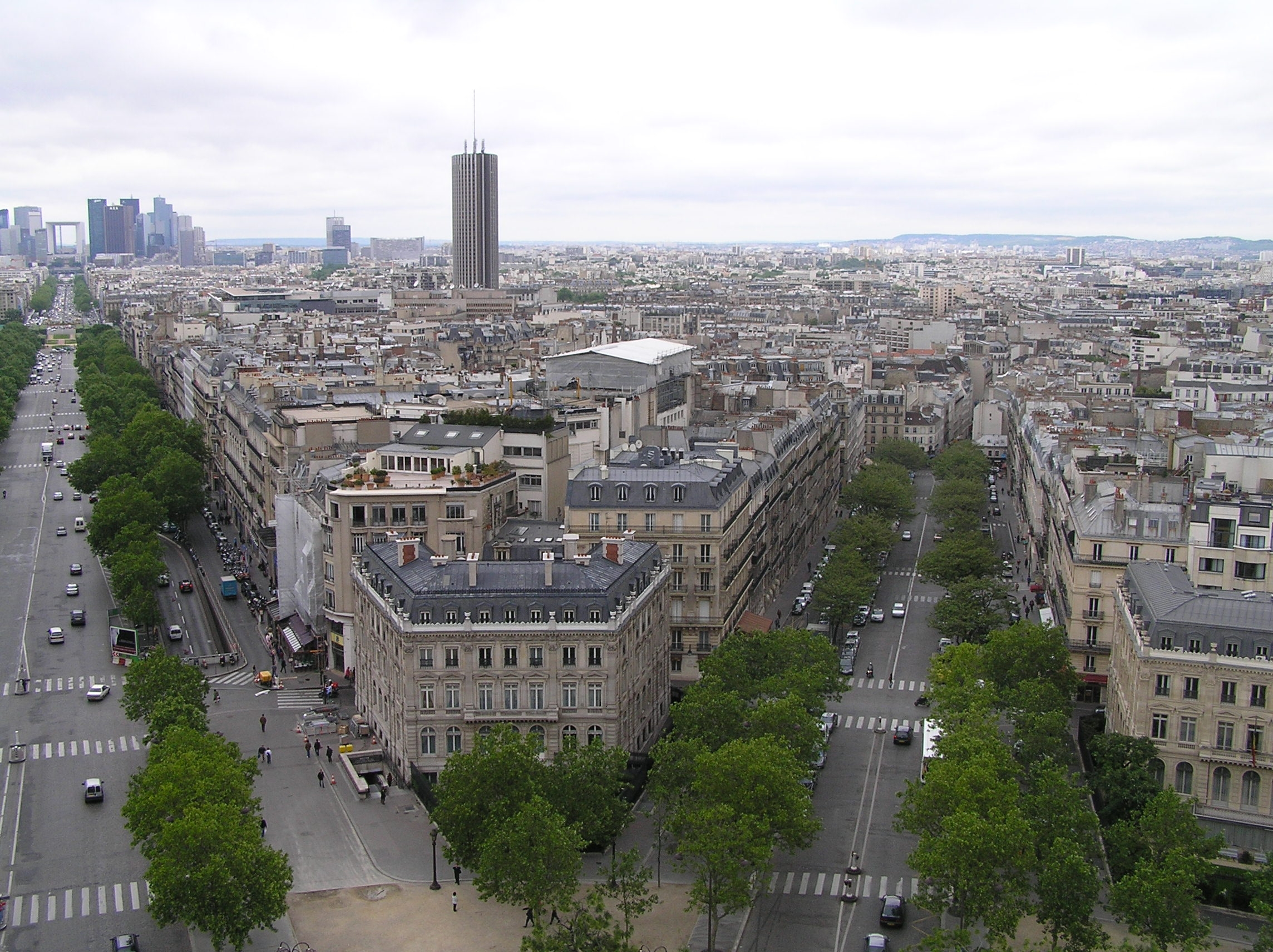 Francie - Paříž - pohled z Vítězného oblouku směrem La Defense