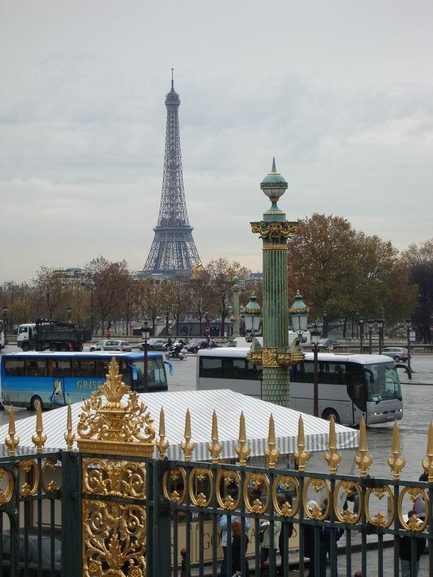 Francie - Paříž - Eiffelova věž, vysoká 324 m, váží 10.000 tun, z železných nosníků spojených 2,5 miliony nýtů