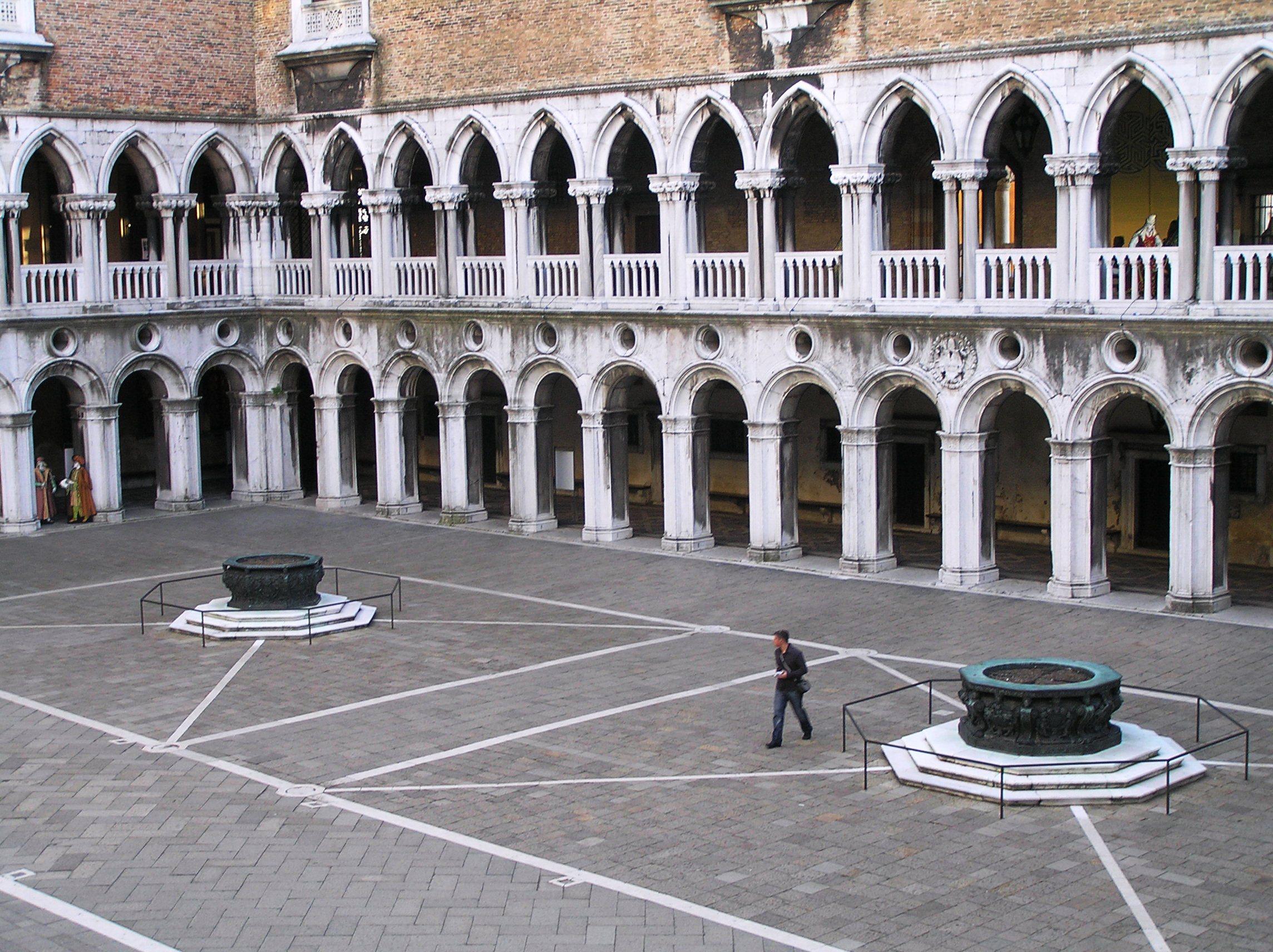 Itálie, Benátky, Dóžecí palác, arkády vnitřního nádvoří