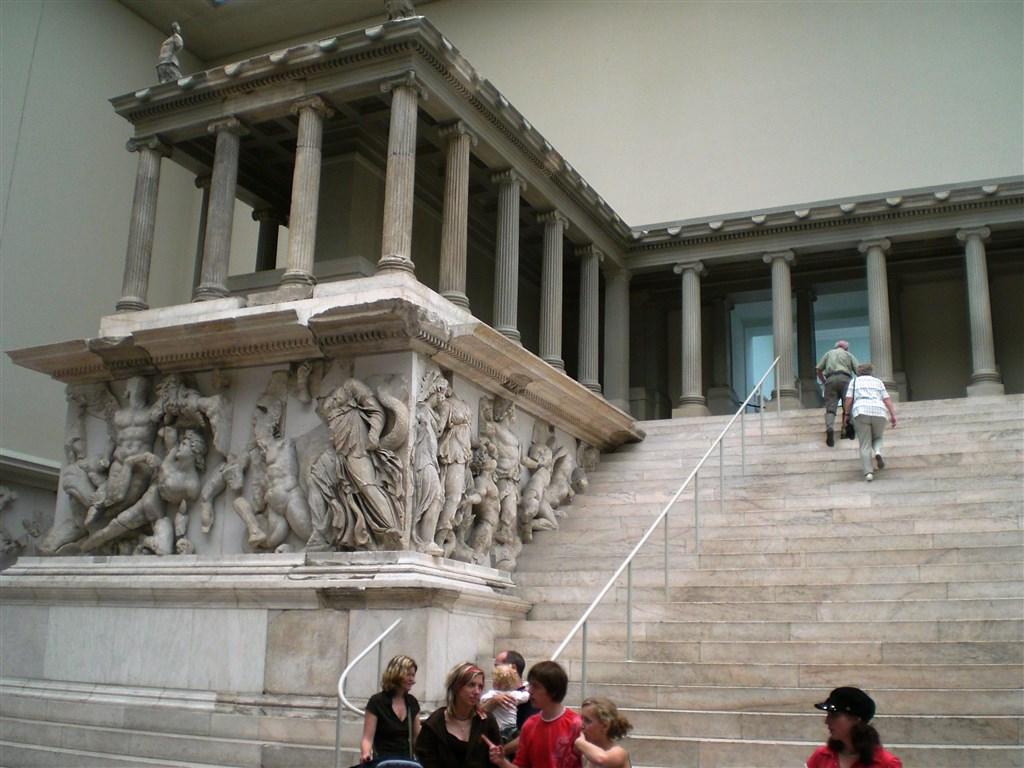 zájezdza uměním výstavy a architektura - Německo - Berlín - Pergamonské muzeum ukrývá unikátní poklady nejstarších kultur, Pergamonský oltář, 2.stol. př.n.l.