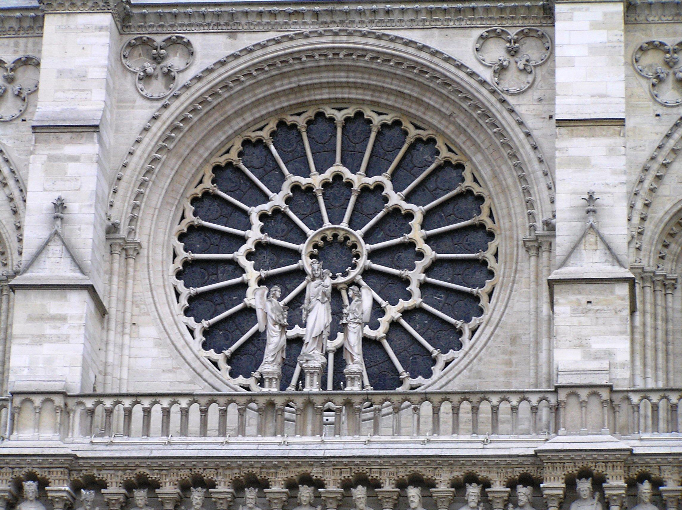 Francie - Paříž - Notre Dame, rozetové okno s Pannou Marií na západním průčelí katedrály