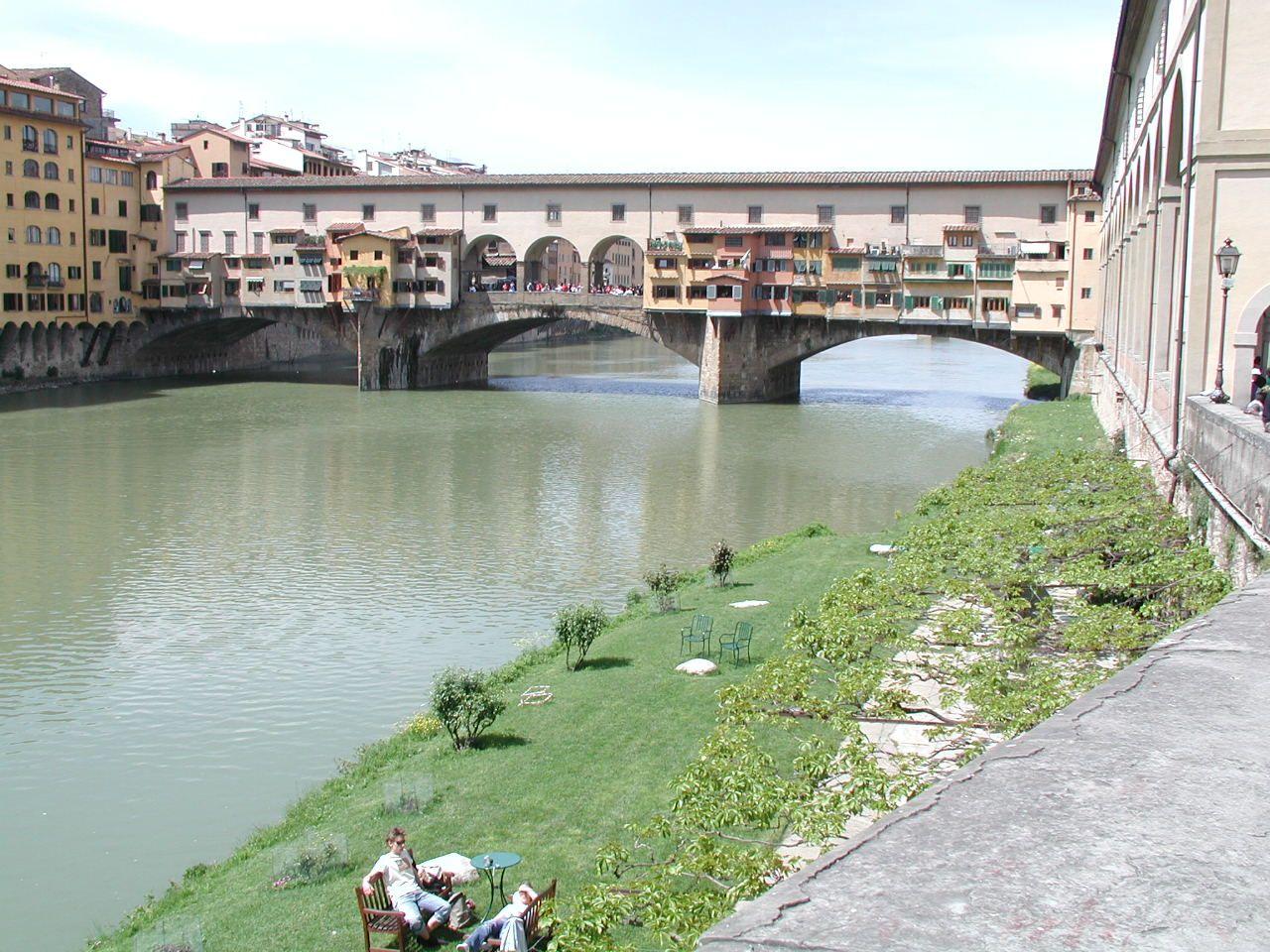 Itálie, Toskánsko - Florencie - Ponte Vecchio přes řeku Arno, 1345, arch. Neri di Fioravante na místě římského mostu