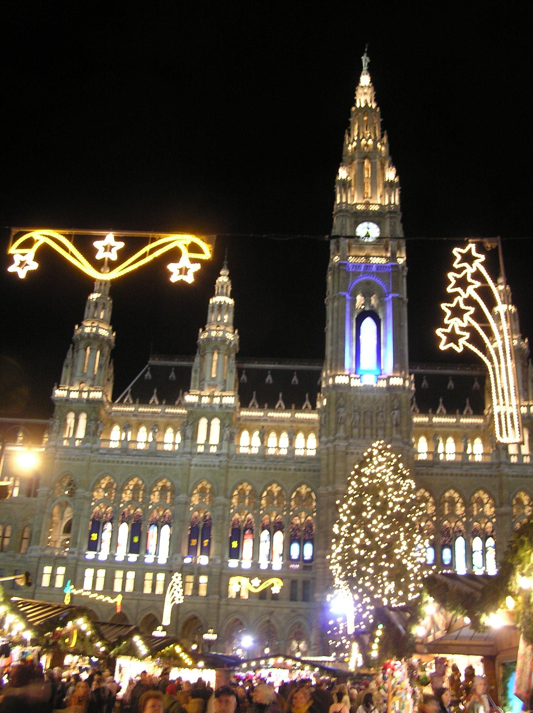 Rakousko, Vídeň, radnice v adventním osvětlení a náladě