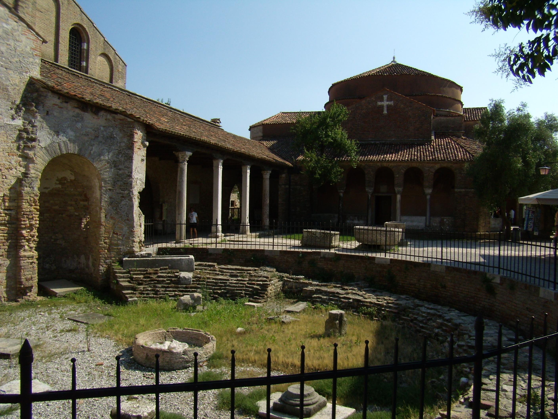Itálie - Benátsko - Torcello, základy baptisteria ze 7.století před katedrálou