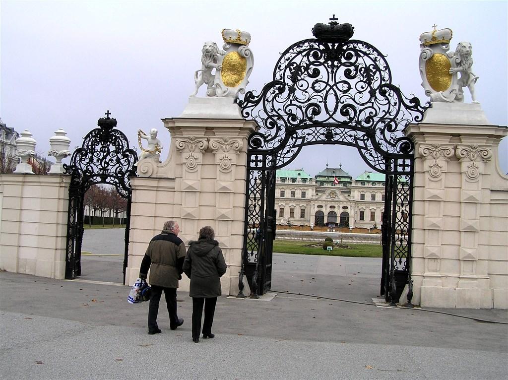 zájezdza uměním výstavy a architektura - Rakousko - Vídeň- vstupní brána do Horního Belvederu