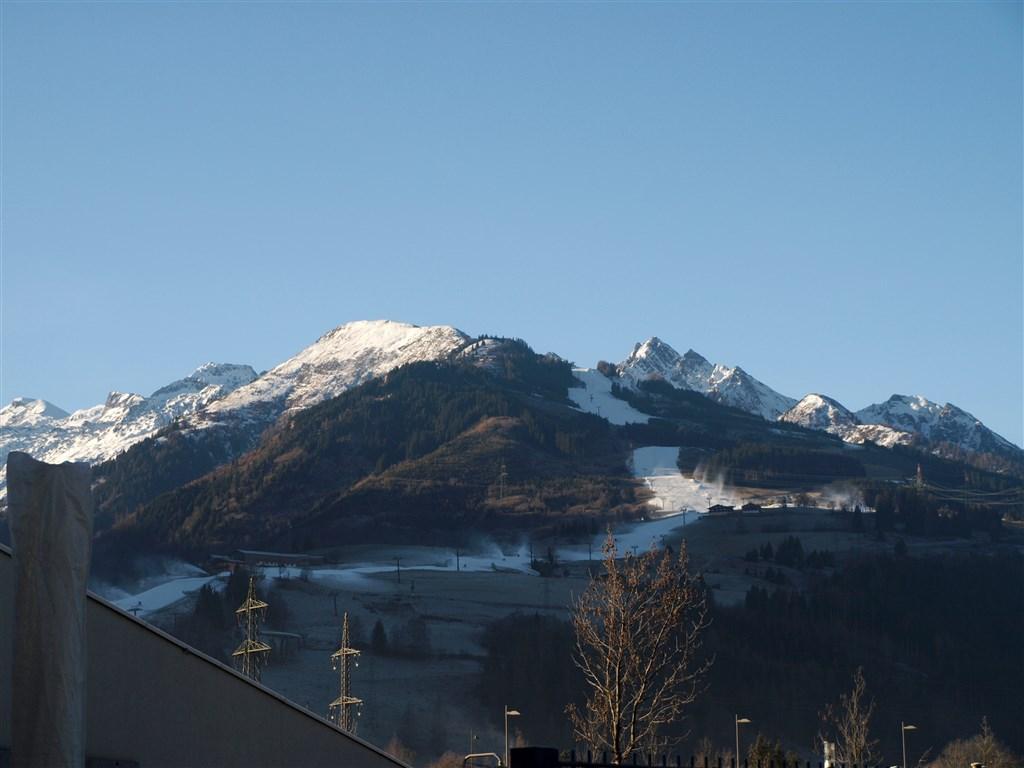 národní parky a zahrady - Rakousko - Tauern Spa - okolní vrcholy NP Vysoké Taury pokryté sněhem lze pozorovat přímo z bazénu