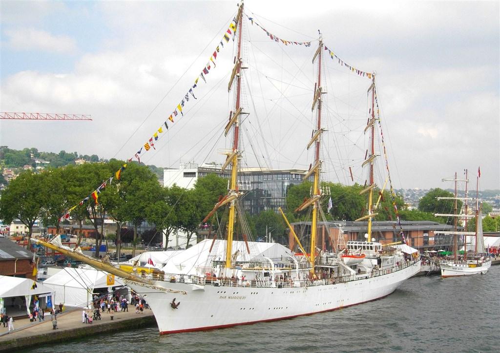 zajímavosti - Francie - Rouen - slavnost Armada, polská školní plachetnice Dar mládeži, 1981 (Wiki-Raphodon)
